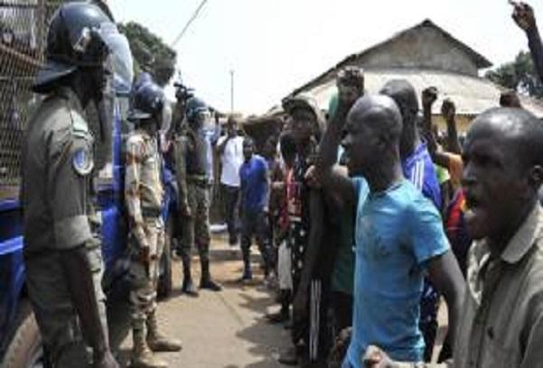Guinée: la vidéo d'une femme utilisée comme bouclier par des policiers suscite des indignations multiples