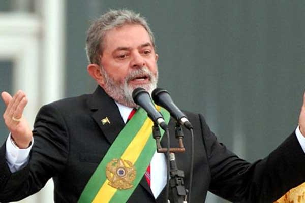Campagne présidentielle au Brésil : la caravane du candidat Lula touchée par des tirs