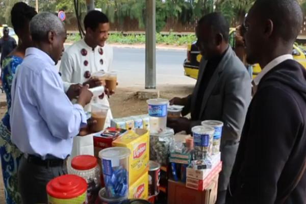 Fêtes de Pâques : l'ambassadeur des États-Unis au Sénégal, en signe de solidarité, distribue gratuitement du Ngalax à son voisinage