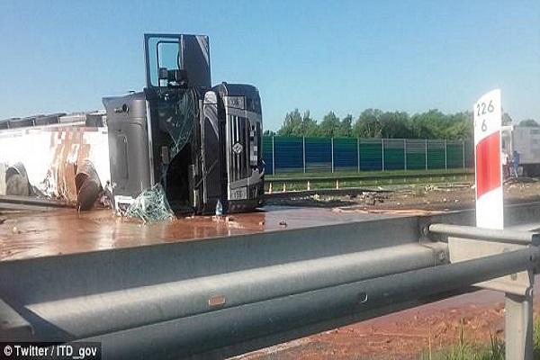 Pologne : une autoroute transformée en un lac de chocolat après le renversement d'un camion
