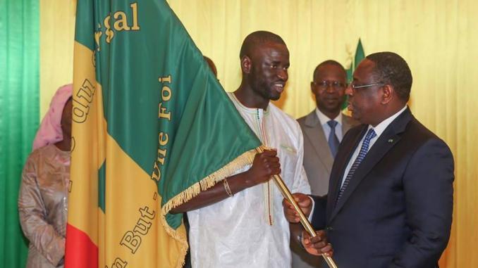 Remise du drapeau à l'équipe nationale :  Macky Sall exhorte les Sénégalais à faire bloc derrière l'équipe nationale