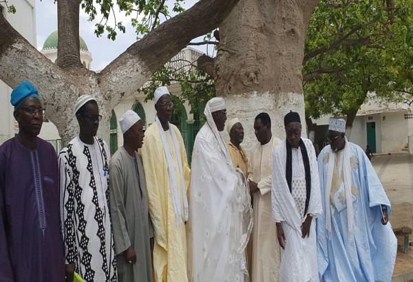 Le Dr Cheikh Kanté reçu par le Grand Serigne de Dakar et les notables de la communauté lébou du Cap Vert.