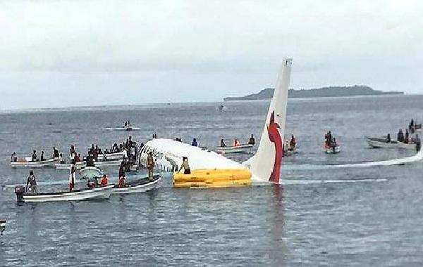 Transport aérien : un avion de ligne rate son atterrissage et finit dans le Pacifique, aucune victime