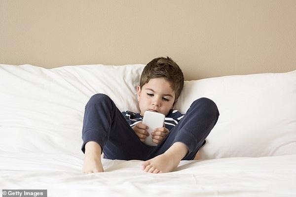 Alerte sur les smartphones et tablettes : selon des scientifiques les enfants de deux ans à peine développent des problèmes de santé mentale