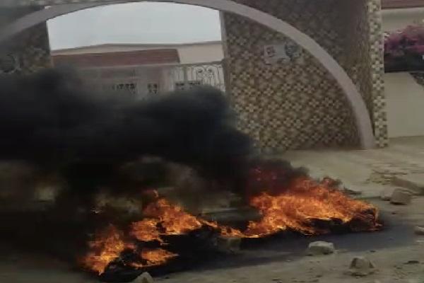 Weekend mouvementé à Fatick : des jeunes brûlent des pneus devant le domicile familial du président Macky