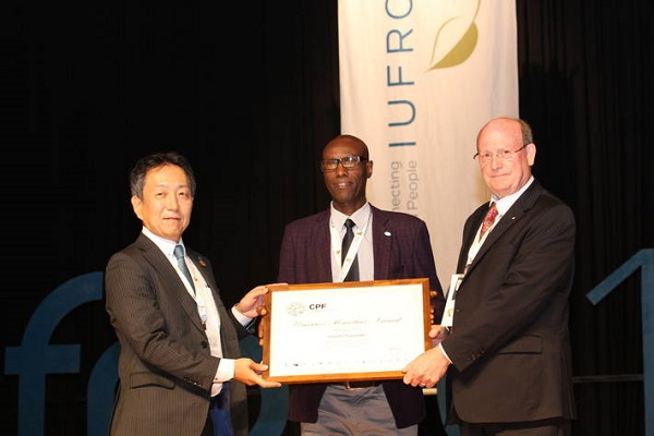 Amélioration des forêts et conditions de vie des communautés locales : Leonidas Nzigiyimpa , un activiste burundais récompensé par un grand prix forestier