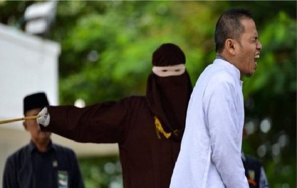 Insolite : un prêcheur flagellé en public en Indonésie…pour adultère