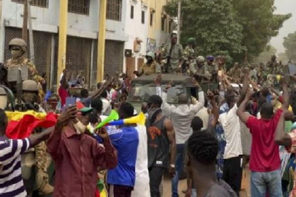Mali: le président Keïta et le Premier ministre arrêtés, selon un chef de la mutinerie